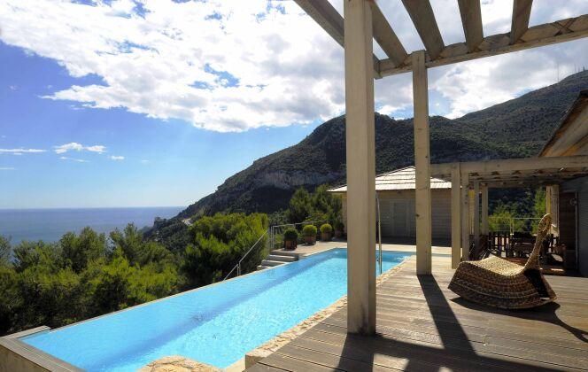 Maison en bois avec piscine à débordement, entre mer et montagne © L'Esprit Piscine