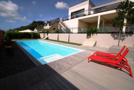"""Maison et piscine design<span class=""""normal italic petit"""">© L'Esprit Piscine</span>"""