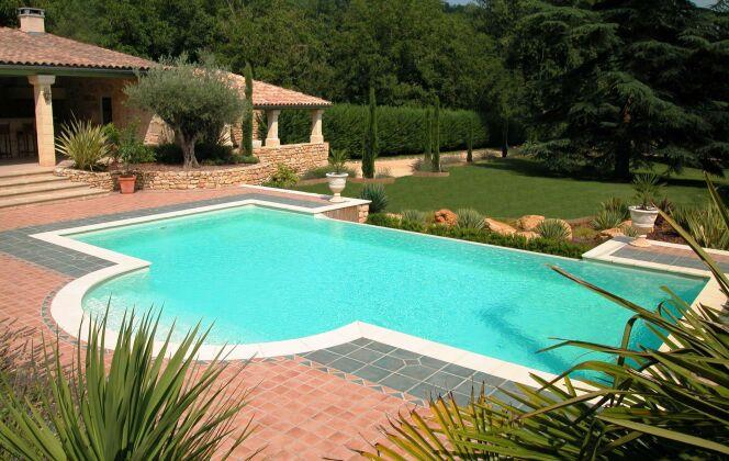 Maison provençale avec piscine à débordement et escalier arrondi  © L'Esprit Piscine