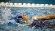 Maîtriser les mouvements du corps en dos crawlé : guide pratique