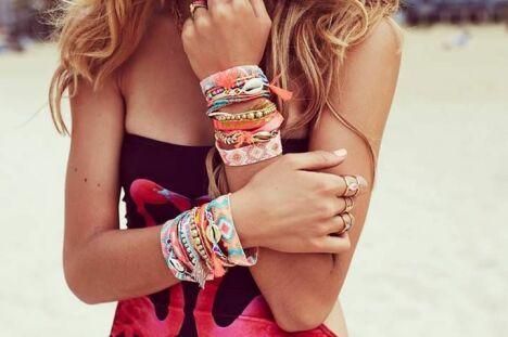 "Manchette de bracelets Hipanema<span class=""normal italic petit"">© Hipanema</span>"