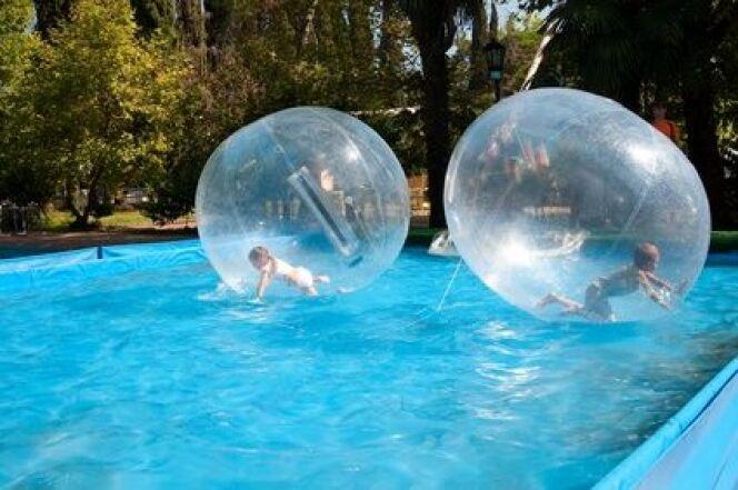 """Marchez sur l'eau de votre piscine grâce aux water-balls<span class=""""normal italic petit"""">© AlexeyE30 - Fotolia.com</span>"""