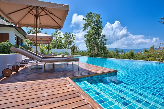 Margelles de piscine en bois