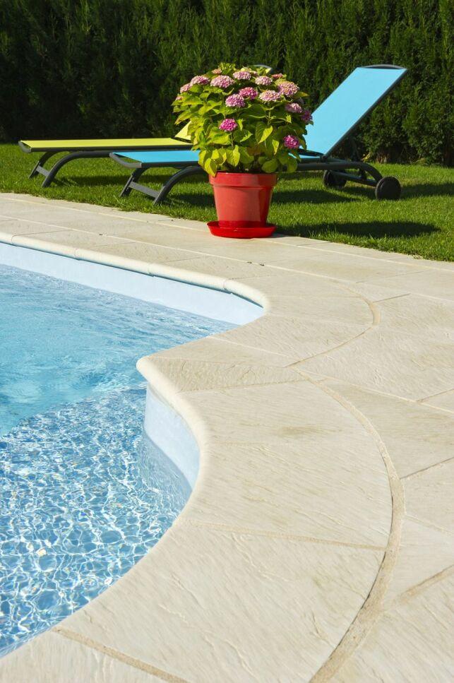 Margelles de piscine en pierre reconstituée, reproduction ardoise.