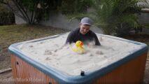 Il s'immerge dans un spa rempli de…sable ?
