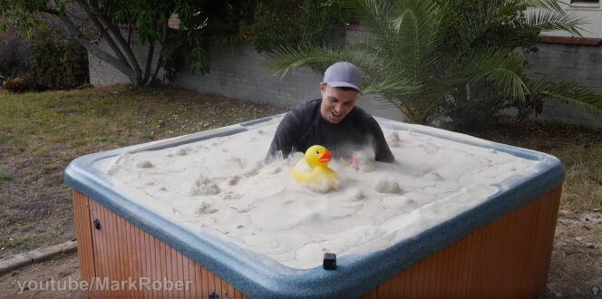 Mark Rober s'immerge dans un spa rempli de sable !