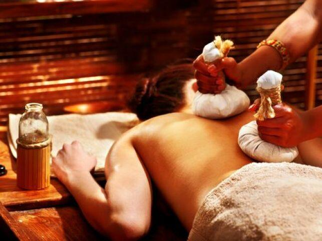 Massage ayurvédique avec tampons chauds contenant des plantes