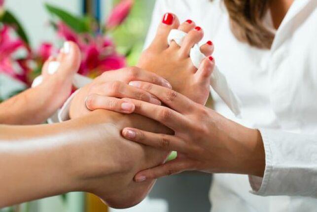 Massage des pieds et pose de vernis au spa