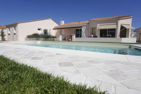 "dallage pierre naturel autour d'une piscine<span class=""normal italic petit"">© ID Jardin</span>"