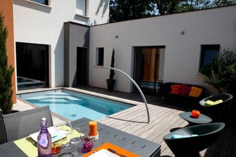 "Mini piscine avec escalier d'angle et arc de nage <span class=""normal italic petit"">© Caron Piscines</span>"