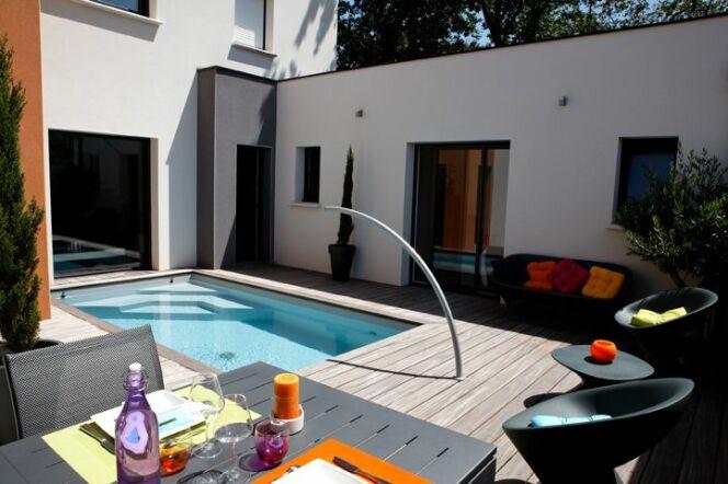 Mini piscine avec escalier d'angle et arc de nage