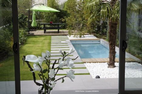 "Mini piscine avec escalier toute largeur<span class=""normal italic petit"">© Caron Piscines</span>"
