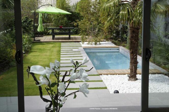 Mini piscine avec escalier toute largeur