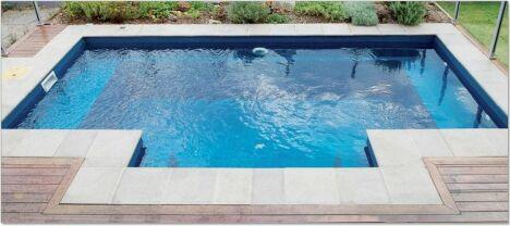Petit bassin en béton intégré dans une terrasse.