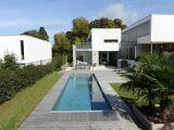 Une piscine en polyéthylène