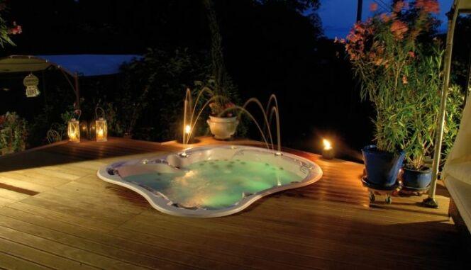 """Modèle de spa Amore Bay, pour la Saint Valentin<span class=""""normal italic petit"""">© Dimension One Spas</span>"""