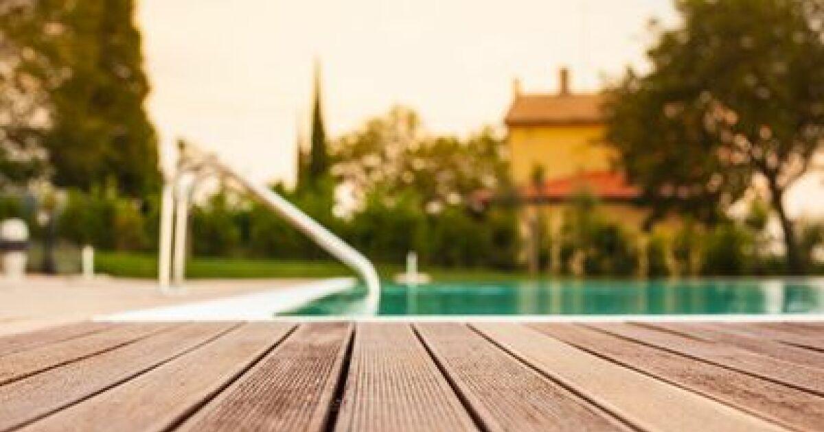moisissures sur piscine en bois. Black Bedroom Furniture Sets. Home Design Ideas