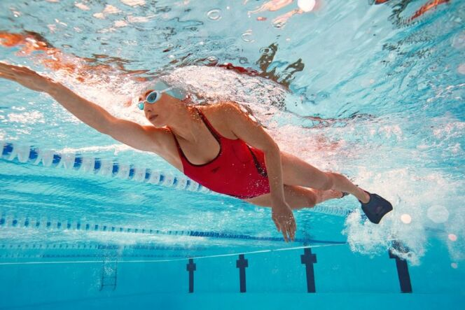 Nager avec des palmes pour mincir