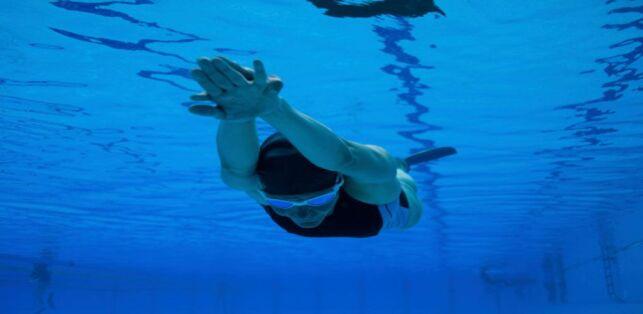 Nager avec des palmes pour se muscler