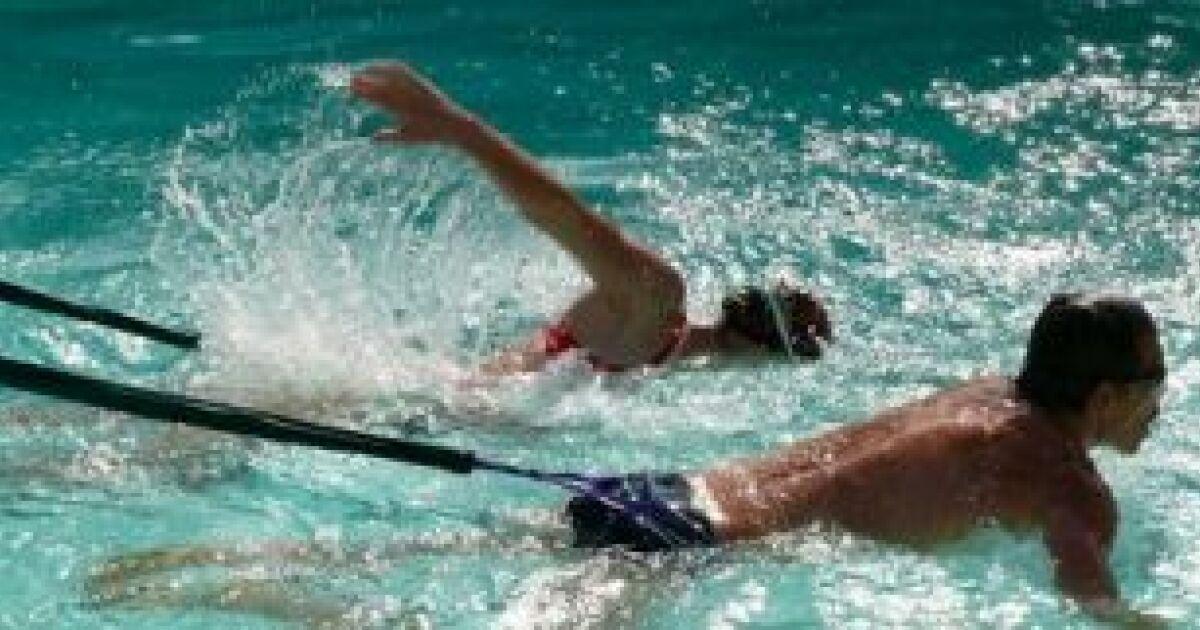 Nager avec un lastique de natation for Piscine pour nager