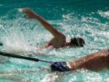 Nager avec un élastique de natation