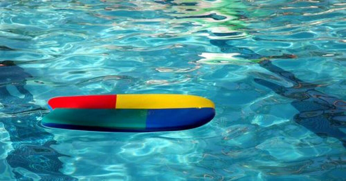 Nager Avec Une Planche Entre Les Genoux