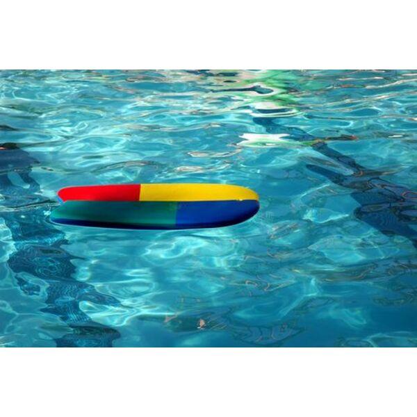 Nager avec une planche entre les genoux for Piscine pour nager