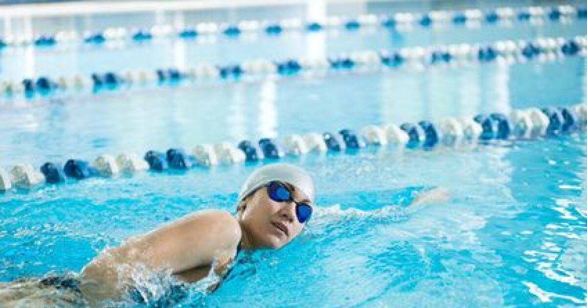 Nager avec une plaquette de natation - Nager en piscine avec des palmes ...