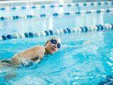 Nager avec une plaquette de natation