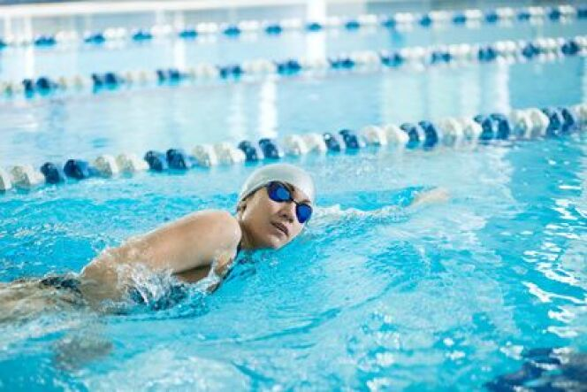 """Nager avec une plaquette de natation<span class=""""normal italic petit"""">© mr.markin - Fotolia.com</span>"""