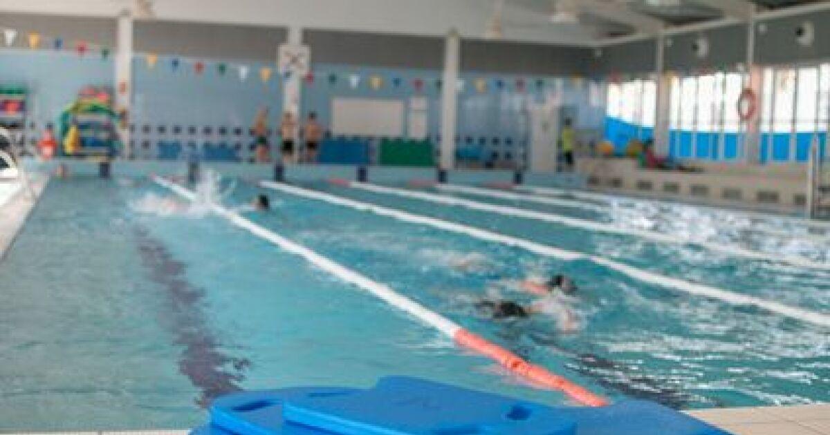 Nager le dos crawl avec une planche - Nager avec les dauphins en piscine ...