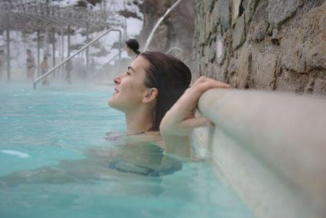 Phénomène d'évaporation de l'eau dans une piscine, matérialisé par une brume à la surface de l'eau