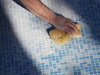 Nettoyage d'une piscine à l'éponge magique