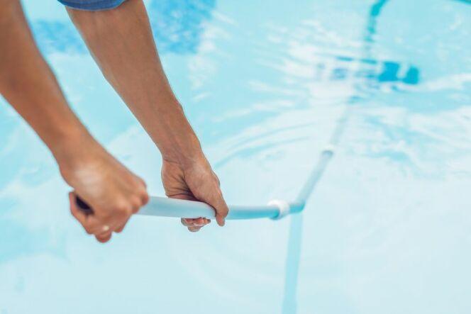 Nettoyage d'une piscine au balai