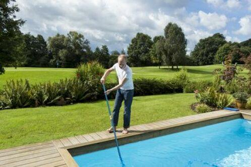 Nettoyer sa piscine au balai