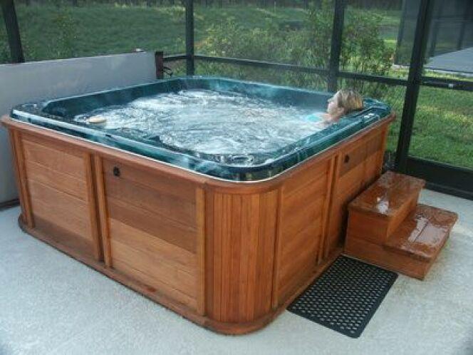 Nettoyer un spa à l'aide d'un gant de nettoyage