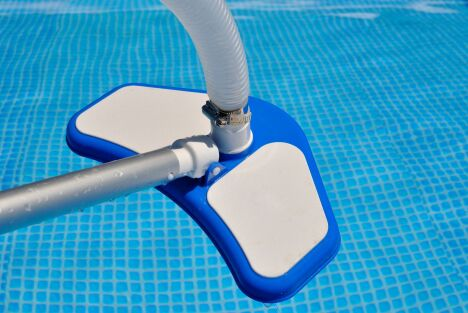 "Nettoyeur de piscine <span class=""normal italic"">© Sergiogen - Fotolia.com</span>"