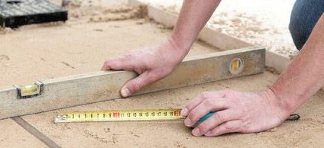 Niveler le sol pour une piscine est indispensable pour assurer une bonne tenue du bassin dans le temps.