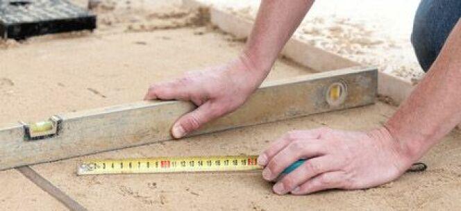 """Niveler le sol pour une piscine est indispensable pour assurer une bonne tenue du bassin dans le temps.<span class=""""normal italic petit"""">© Photographee.eu - Fotolia.com</span>"""