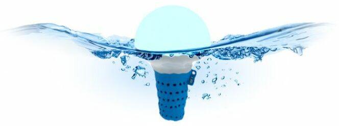 """OFI : l'Objet Flottant Intelligent qui analyse l'eau de votre piscine<span class=""""normal italic petit"""">© Oficoncept.com</span>"""
