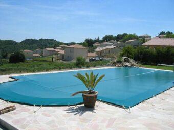Optez pour une bâche de piscine sur-mesure et adaptée à chaque période de l'année