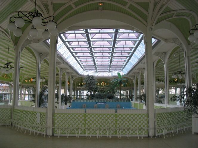"Palais des Sources, Vichy<span class=""normal italic petit"">© via Wikimedia Commons</span>"