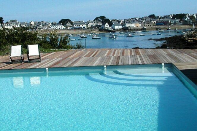 """Passer le balai dans sa piscine tout en s'amusant<span class=""""normal italic petit"""">© L'Esprit Piscine</span>"""
