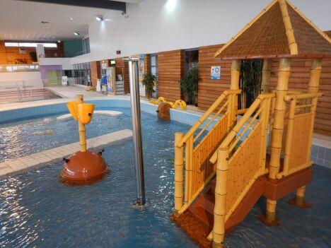"""Pataugeoire avec les jeux d'eaux<span class=""""normal italic"""">© Piscine Inoxia à Chateaugiron</span>"""