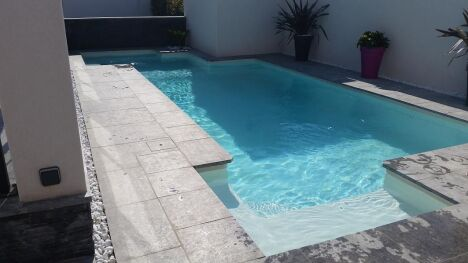 piscine multiforme bassin béton angle cour intérieure piscine ville