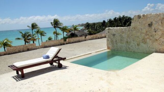Une petite piscine enterrée est facile à installer sur les petites terrasses.