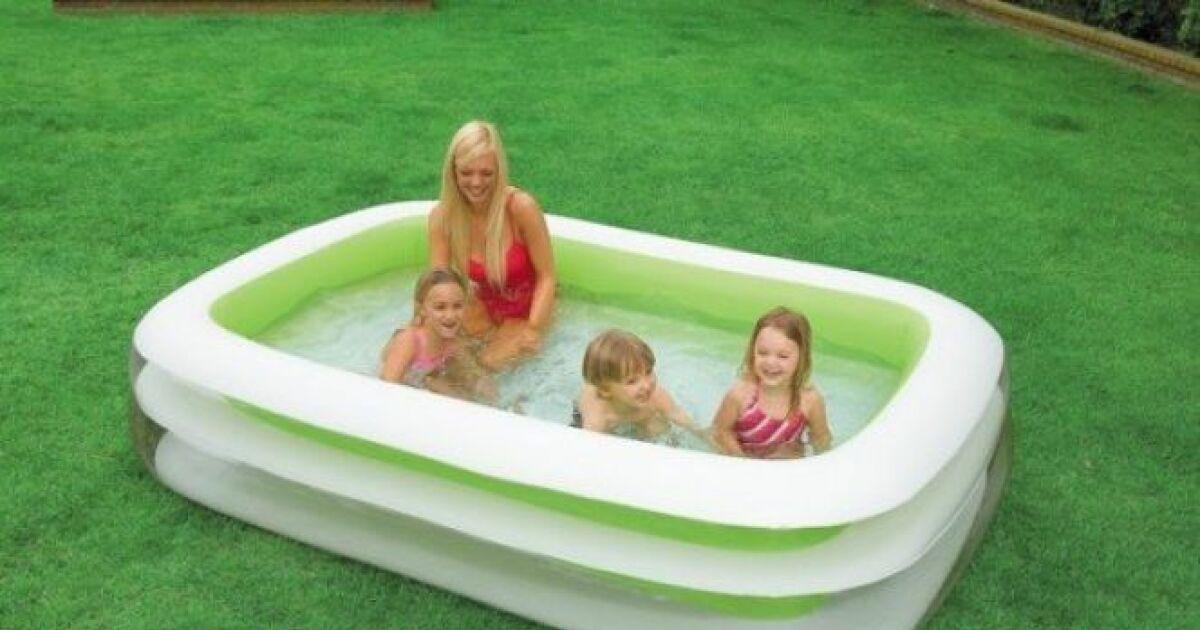 Une petite piscine hors sol pour profiter des joies de la for Piscine gonflable ovale