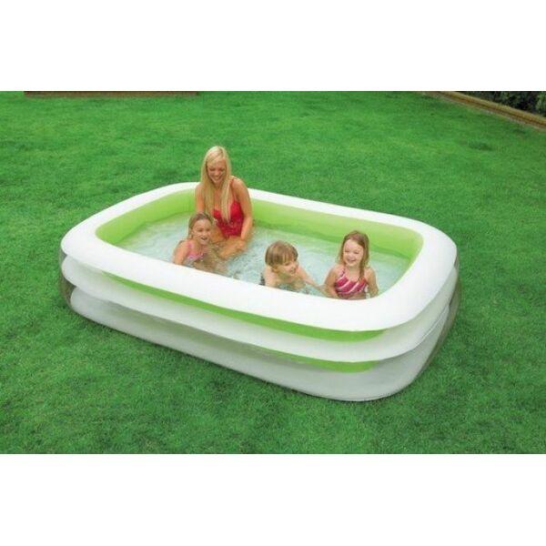 Une petite piscine hors sol pour profiter des joies de la for Piscine jardin rectangle