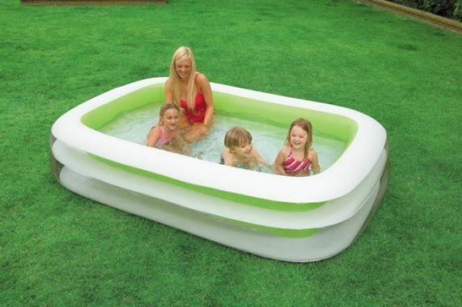 Une petite piscine hors sol permet aux petits et grands de profiter des joies de l'eau.