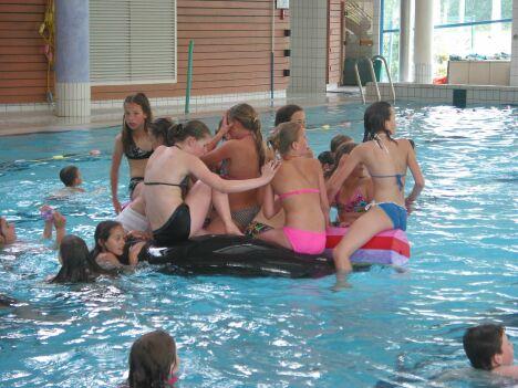 """Petits et grands s'amusent au centre aquatique de Pouzauges<span class=""""normal italic"""">DR</span>"""
